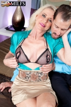 The fresh SEXY HOUSEWIFE has a gaping muff!